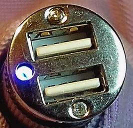 Обечайка крепится двумя саморезами, скрытыми наклейкой.